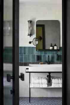 UP hotel room bath ©Francis Amiand